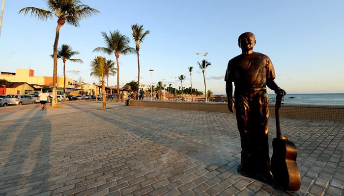 Estátua de Dorival Caymmi, na orla da Praia de Itapuã