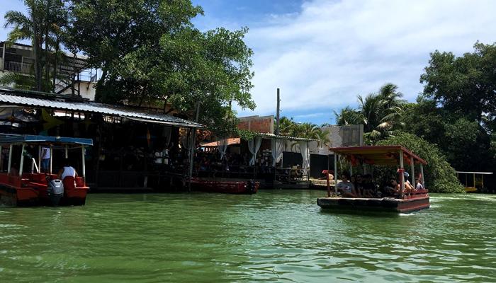 Tráfego de barcos na Ilha de Gigoia (RJ)Tráfego de barcos na Ilha de Gigoia (RJ)