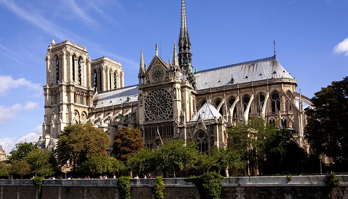 A grandiosa Catedral de Notre-Dame, antes do incêndio de 2019
