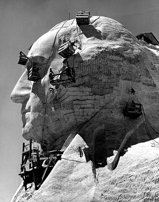 Detalhe do trabalho em um dos rostos entalhados no Monte Rushmore