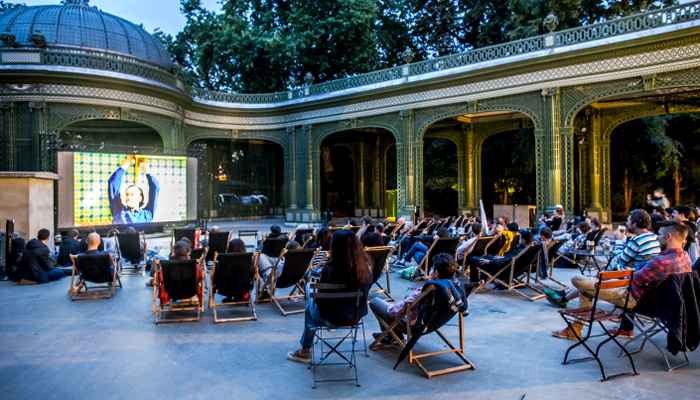 Assista a um filme ao ar livre