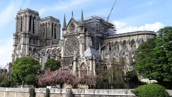 Catedral de Notre-Dame em reconstrução após o incêndio
