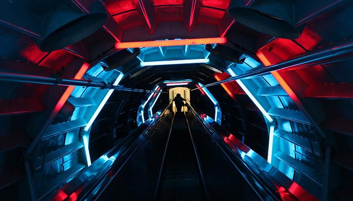 Arquitetura futurista no interior do Atomium, em Bruxelas
