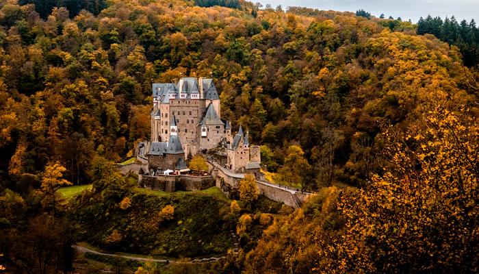 Castelo de Eltz no alto da rocha