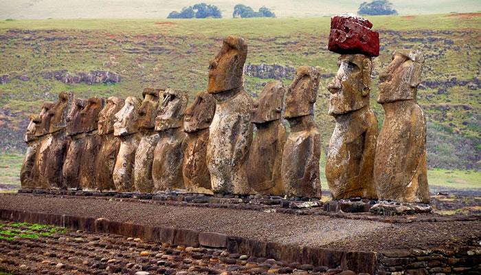 Estátua Moai com Pukao (Chápeu) na Ilha de Páscoa